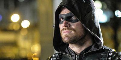 """La star d'""""Arrow"""" réagit après les accusations de harcèlement sexuel contre le producteur de la série"""