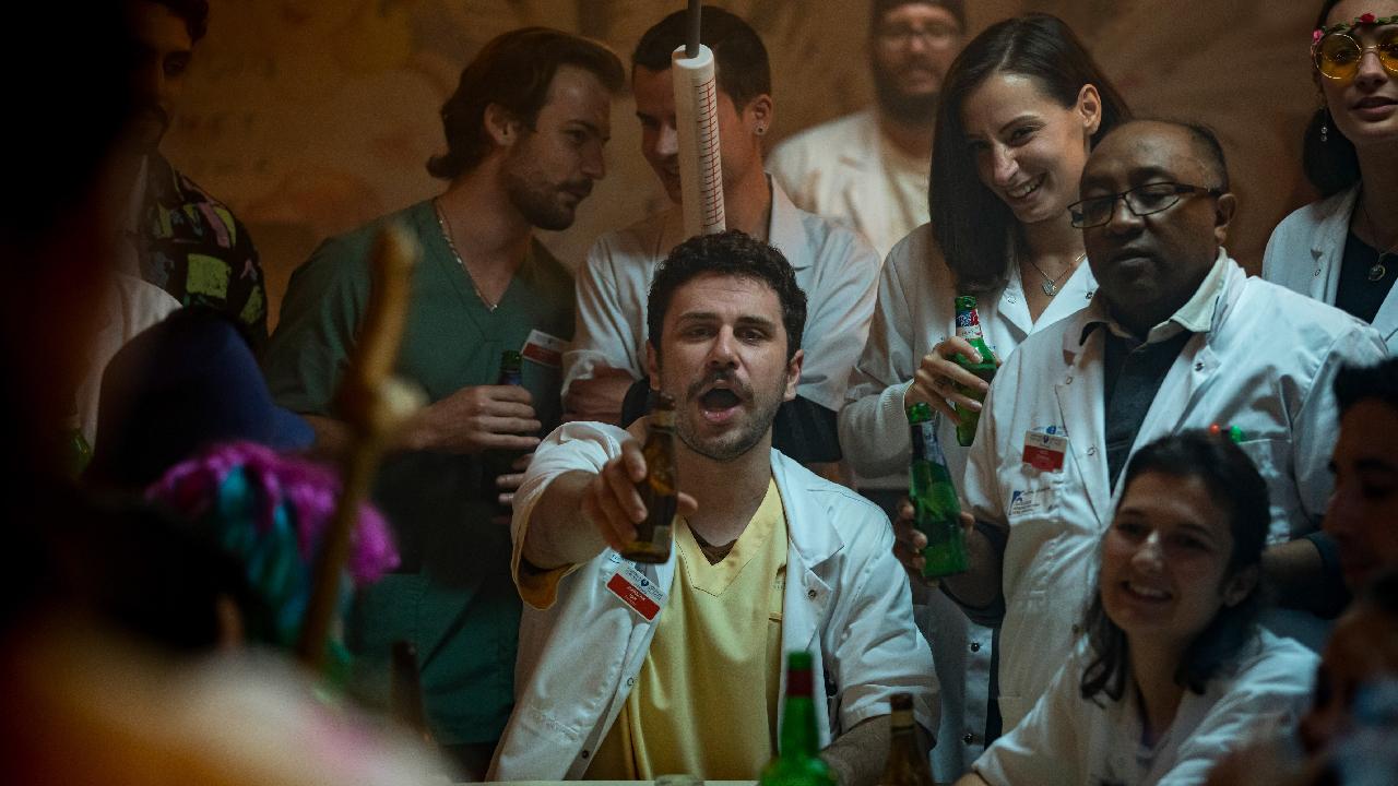 Hippocrate sur CANAL+ : pourquoi Thomas Lilti a choisi de mettre Femme Like U de K-Maro dans la saison 2 ?