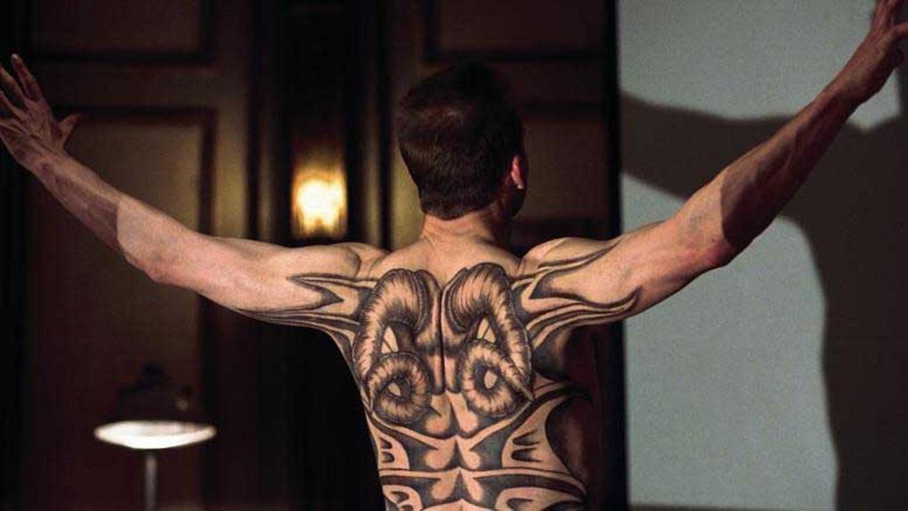 """25 fameux tatouages de cinéma: ralph fiennes dans """"dragon rouge"""