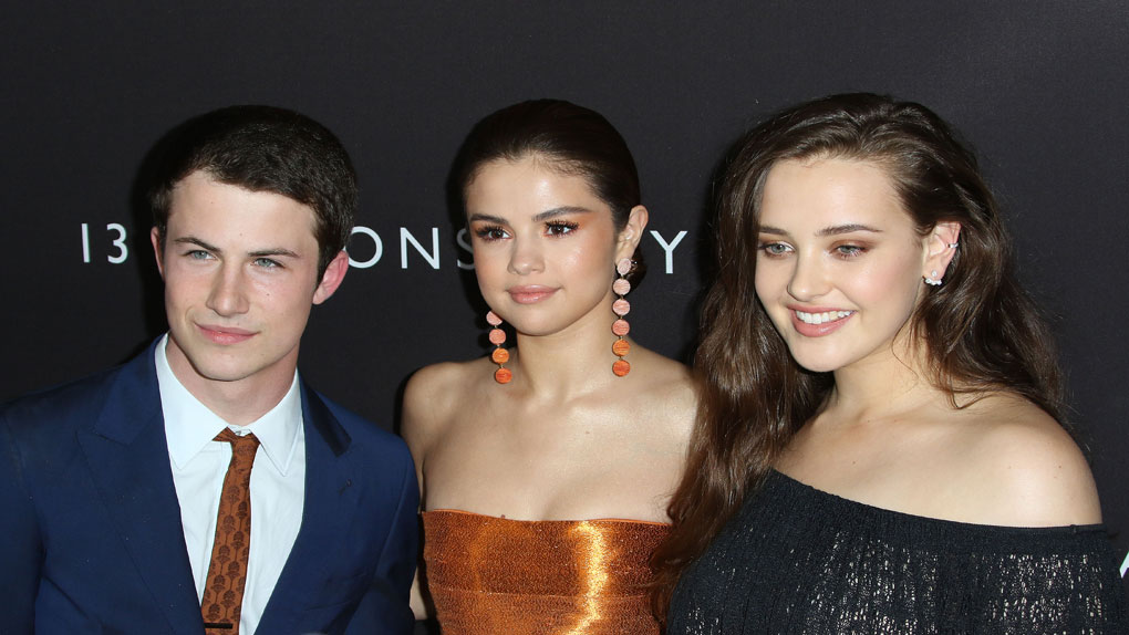 Les acteurs Dylan Minnette et Katherine Langford entourent Selena Gomez, productrice de 13 Reasons Why.