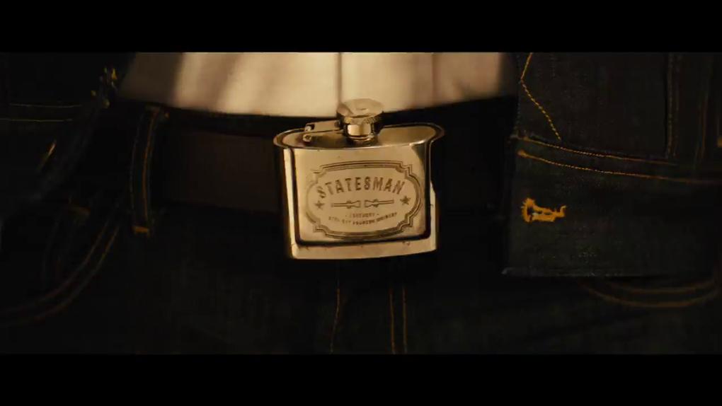 Un bon Kingsman ne sort jamais sans sa flasque de whisky