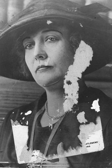 Maude Delmont, personnage trouble. Maître chanteur professionnel ?