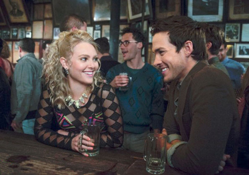 La jeune Carrie Bradshaw, alias AnnaSophia Robb, et Adam Weaver, alias Chris Wood, sympathisent autour d'un verre.