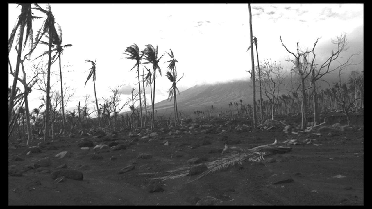 Death in the Land of Encantos : Photo