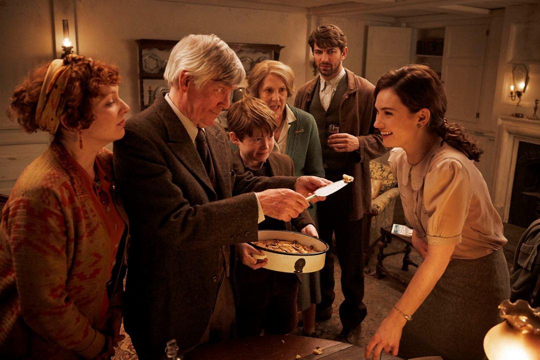 Le Cercle littéraire de Guernesey : Photo Katherine Parkinson, Kit Connor, Lily James, Michiel Huisman, Penelope Wilton