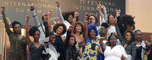 """""""Noire n'est pas mon métier"""" : 16 actrices le poing levé sur les marches de Cannes"""