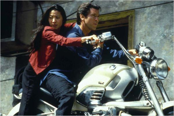 Demain ne meurt jamais : photo Ian Fleming, Michelle Yeoh, Pierce Brosnan, Roger Spottiswoode
