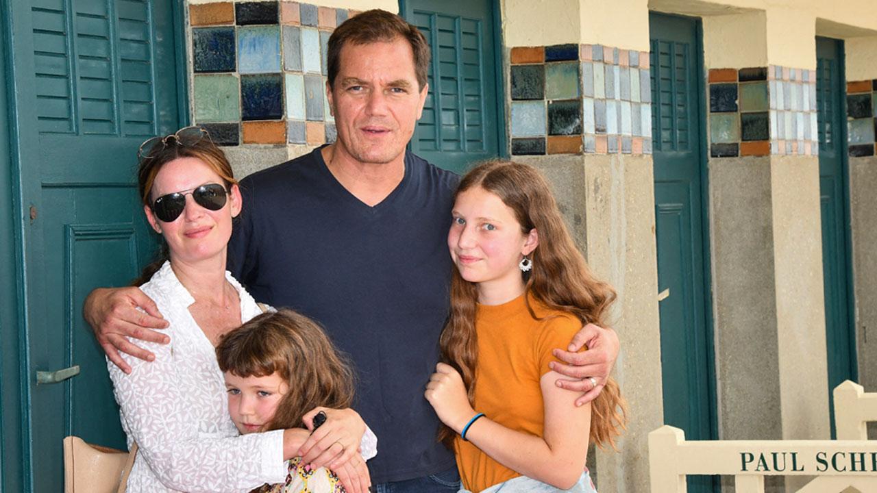 Deauville 2021 : Michael Shannon pose en famille devant sa cabine de plage