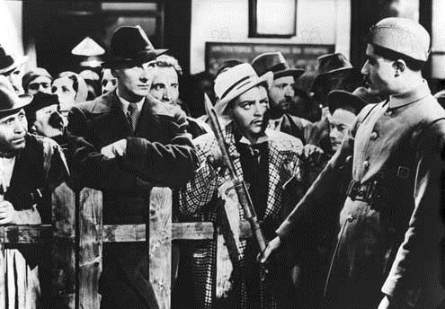 Quatre de l'espionnage : Photo John Gielgud, Peter Lorre