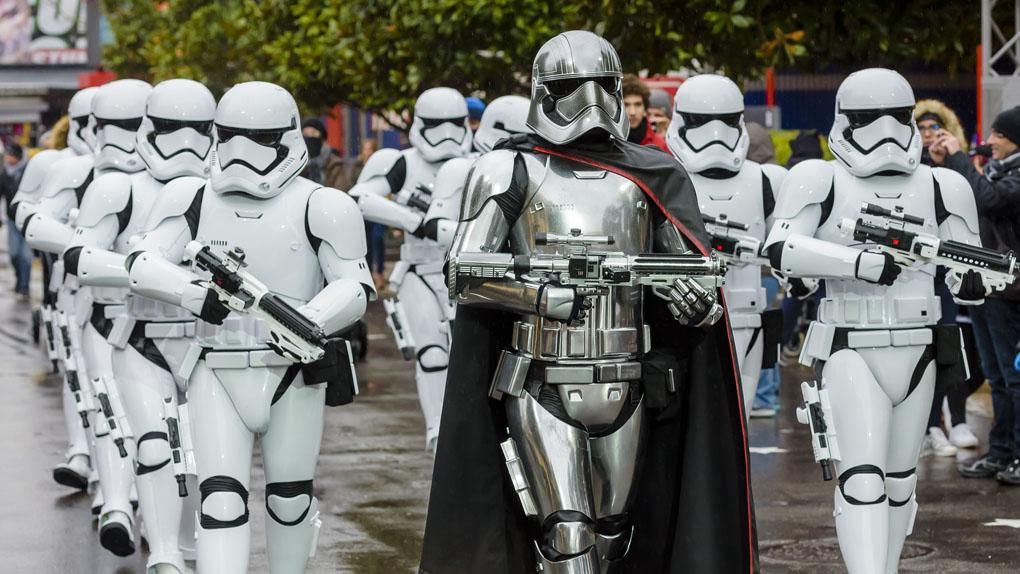 Le Capitaine Phasma mène ses troupes dans les rues du parc