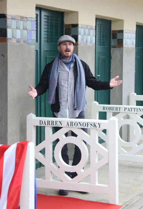Darren Aronofsky fait le clown devant sa cabine