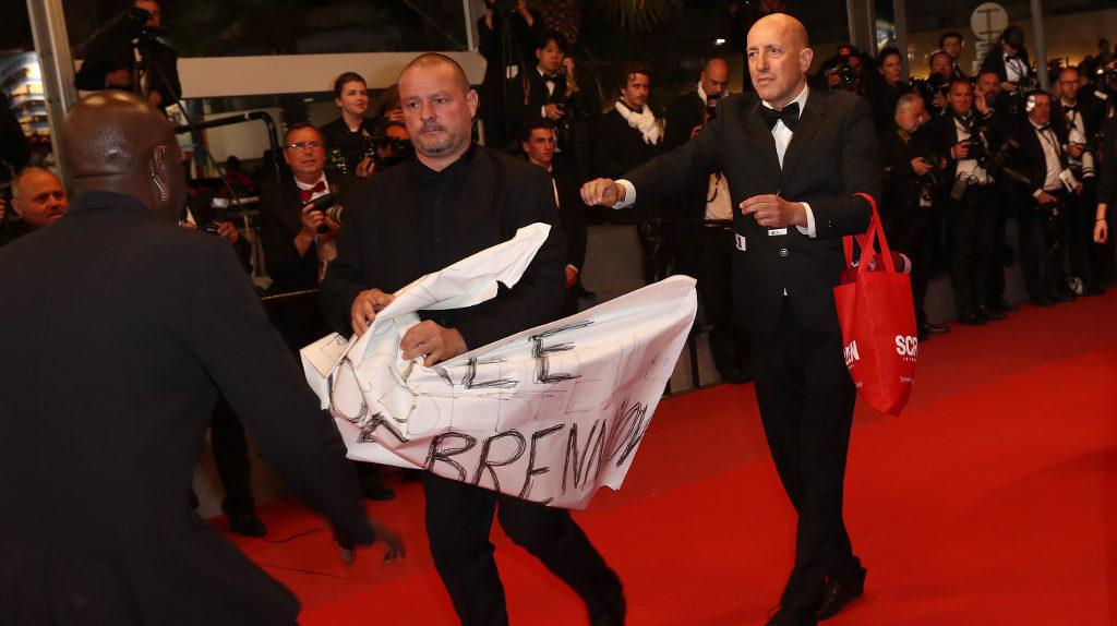 Deux hommes protestant contre l'assignation à résidence du réalisateur russe Kirill Serebrennikov