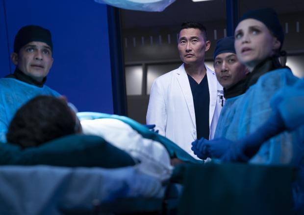 Daniel Dae Kim entouré de Nicholas Gonzalez, Will Yun Lee & Fiona Gubelmann