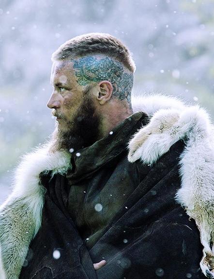 Le tatouage crânien de Ragnar Lothbrok dans la saison 3